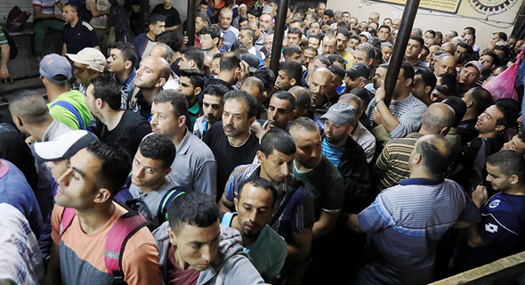 פועלים פלסטינים במעבר גבול