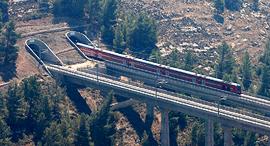 רכבת בכניסה למנהרה בירושלים, צילום: רויטרס