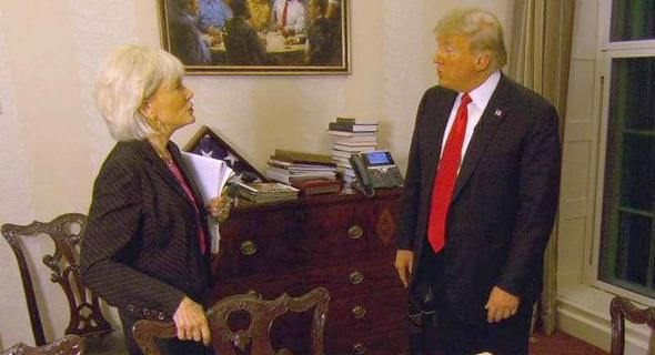 טראמפ בראיון ב-CBS כשברקע הציור, צילום: CBS