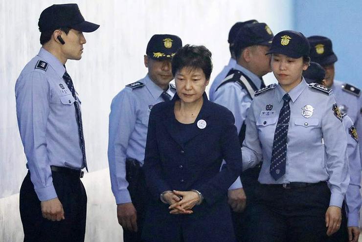 הנשיאה לשעבר של דרום קוריאה. הורשעה בקבלת שוחד ונשלחה לכלא ל-24 שנה