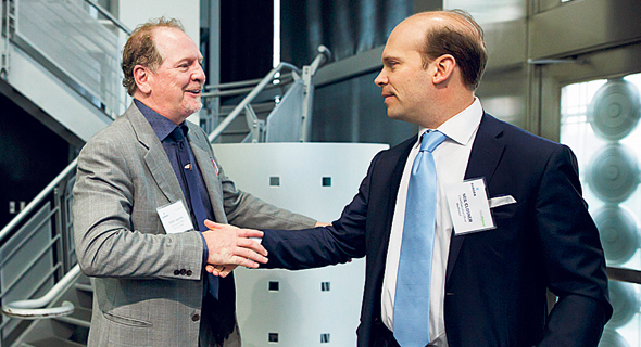 """מימין: מנכ""""ל מדריליף ניל קלוזנר ומנכ""""ל אורורה טרי בות', בעת החתימה על העסקה"""
