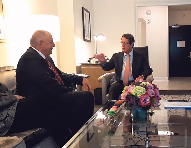 """אנסטסיאדיס (מימין) בפגישה עם תשובה בניו יורק בספטמבר. """"תשובה שכנע את הקפריסאים לא לכבד את העסקה עם ישראל"""""""