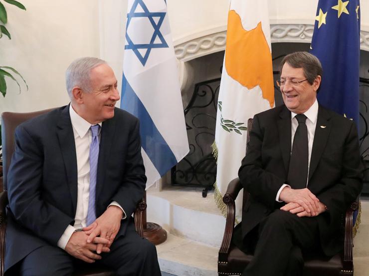 """נשיא קפריסין ניקוס אנסטסיאדיס (מימין) ונתניהו בפסגה בקפריסין במאי. """"מדינת ישראל לא עושה שום מאמץ כדי לדרוש את חלקה"""""""