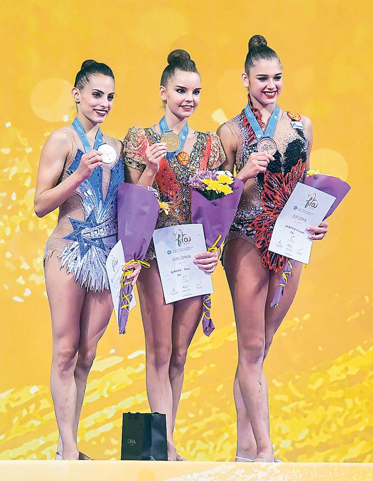אשרם (משמאל) עם מדליית הכסף בקרב רב באליפות העולם בספטמבר. הישג ישראלי ראשון