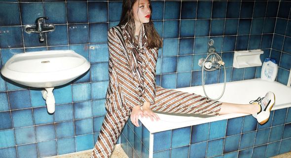 חליפת ז'קט חולצה ומכנסיים של Roseanna, בוטיק ורנר, verner.co.il; סניקרס, זארה