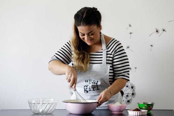 """קרוט במטבח, בפיתוח מתכון. """"אני מקדמת רק מוצרים שאני אוכלת בעצמי: כשניסיתי לייצר מתכון עם טונה, למשל, זה פשוט לא הלך"""""""