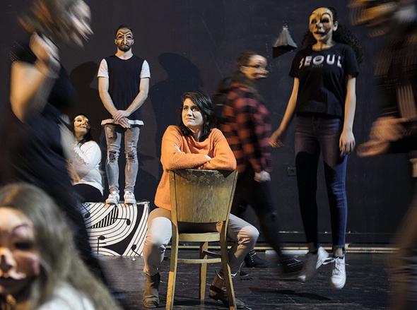 גל הורביץ (במרכז) ואנסמבל הנוער של יפו ד'. תיאטרון שהוא בית, צילום: תומי הרפז