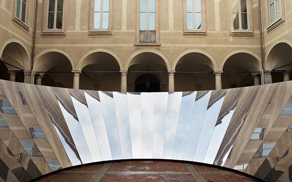 Open Sky, מיצג ש־Cos והאמן פיליפ ק. סמית' העלו באפריל בשבוע העיצוב של מילאנו. משתתפים קבועים גם בביתן הקיץ של גלריה סרפנטיין בלונדון