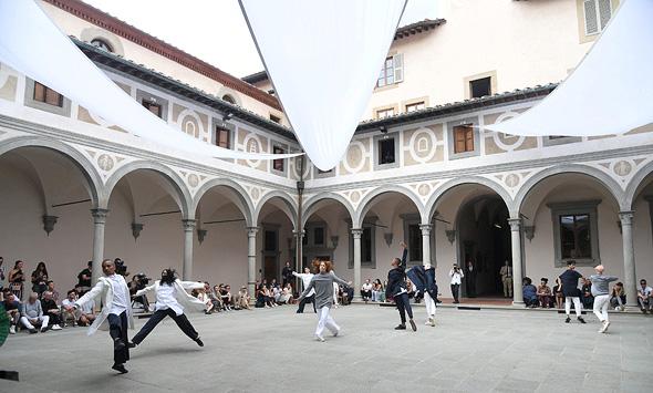 רקדנים מציגים את קולקציית סומא בפירנצה. סינרגיה בין מחול לאופנה