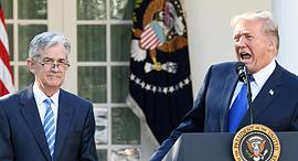 """מימין נשיא ארה""""ב דונלד טראמפ ו נגיד הפד ג'רום פאוול, צילום: בלומברג"""
