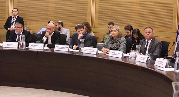"""ח""""כ איתן כבל יו""""ר וחברי הוועדה בדיון על החקירה להלוואות לטייקוני , צילום: ליאור רותם"""
