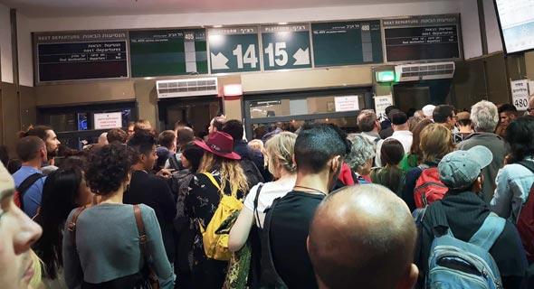 נוסעים ברכבת ממתינים לאוטובוס בשל ביטול הרכבת