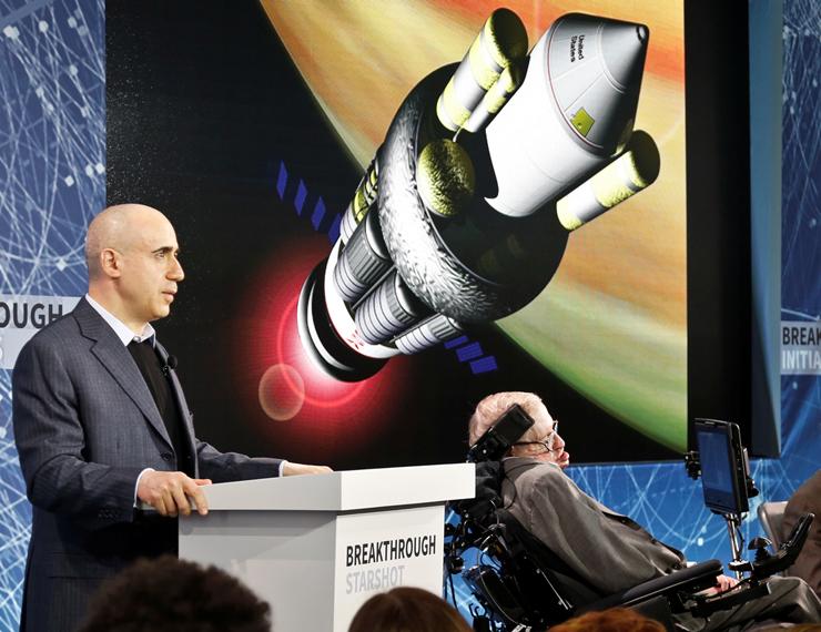 """מילנר וסטיבן הוקינג באירוע להצגת חלק מיוזמות החלל של מילנר, ב־2016. """"ראוי שהציביליזציה שלנו תקדיש משאבים לשאלה אם אנחנו לבד בעולם"""""""
