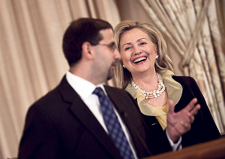 """שפירו עם מזכירת המדינה דאז קלינטון, בהשבעתו לשגריר. """"יידרש זמן להתאושש מהנזק שתגרום כהונה אחת של טראמפ"""""""