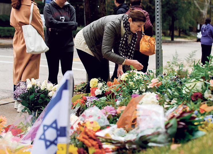 """מחוץ לבית הכנסת בפיטסבורג ביום ראשון השבוע, למחרת הפיגוע. """"הם היו יהודים ככל שאפשר להיות יהודים, בחייהם ובמותם הטרגי, שאירע רק משום שהם יהודים"""""""