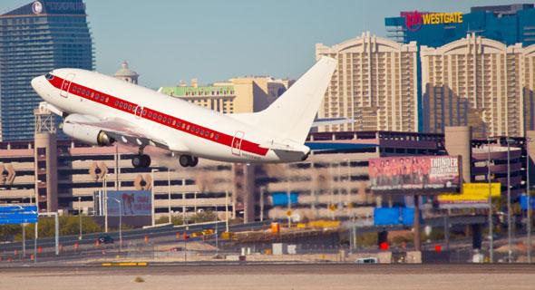 מטוס לבן עם פס אדום, בלי סמל או רישום. כך נראים מטוסי ג'נט