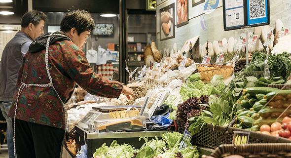 סינים קונים ירקות ומצרכים באפליקציה באמצעות QR, צילום: בלומברג
