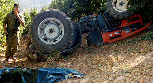 הרוג בתאונת טרקטור במטע במטולה 2005, צילום: אביהו שפירא