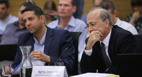 """מימין ד""""ר משה ברקת ממונה על שוק הון וסגנו יואב גפנ"""