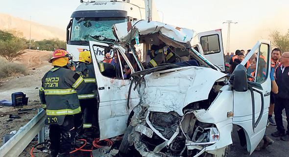 הרכב שנפגע בתאונה בכביש 90, אתמול. שישה אנשים נהרגו , צילום: דוברות כבאות והצלה