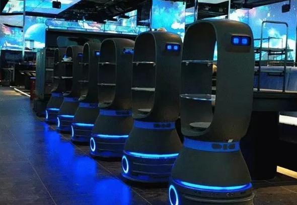 רובוטים מלצרים בכוננות, מחכים לקריאה