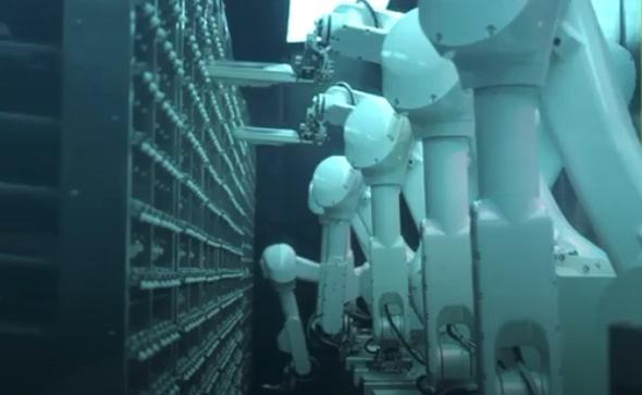 רובוטים שוטפים כלים במטבח