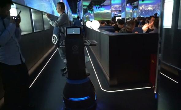 רובוטים מלצרים מעבירים מנות אל השולחן