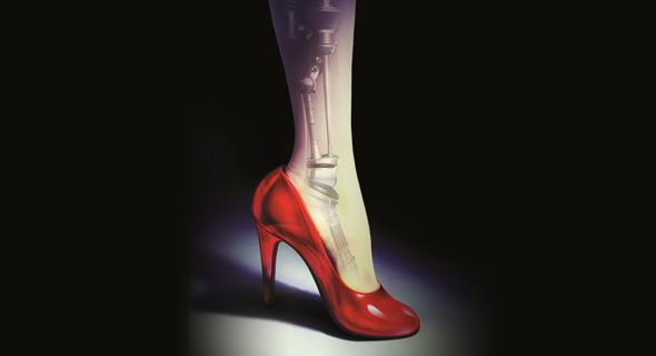 """האיור שעל כריכת ספרה הראשון, """"סינדר"""". במקום נעל, הנערה משאירה לנסיך את רגלה"""