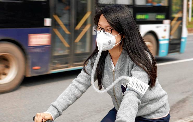 Mini Lung־Pro: מסיכה המחוברת למטהר אוויר בצינור פלסטיק המורכב על הזרוע