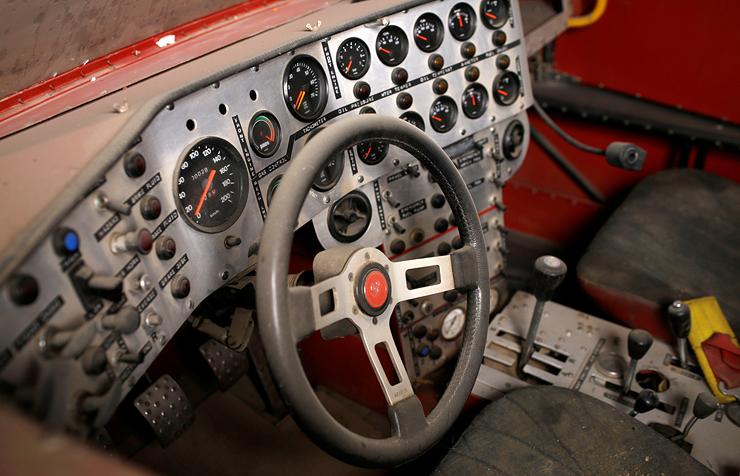 """חלק מלוח המחוונים של """"סופר סטאר"""". יותר מ־30 שעונים שמנטרים את פעילות שני המנועים, צילום: עמית שעל"""