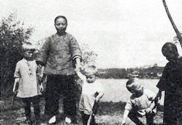 ילדי משפחת הרטמן והאומנת הסינית שלהם (אריך כורע, שני מימין), צילום: acesofww2