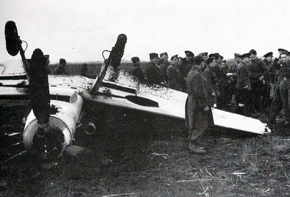 אחד ממטוסי המסרשמידט שהנחית הרטמן בנחיתת אונס, לאחר שגופו נפגע מרסיסי המטוסים שהשמיד, צילום: kidskunst