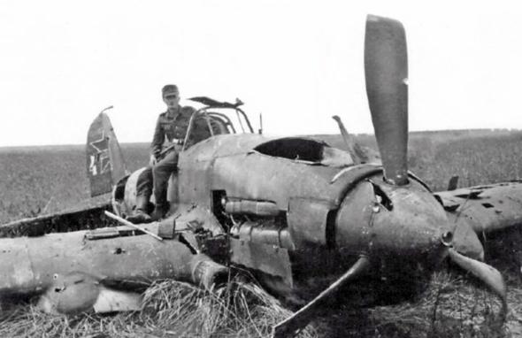 מטוס רוסי מדגם איליושין il2, שהופל באש גרמנית, צילום: albumwar2