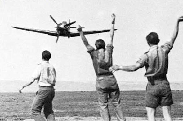 אנשי הטייסת של הרטמן מריעים לו בשובו ממשימה בה הפיל את המטוס ה-100 שלו, צילום: acesofww2