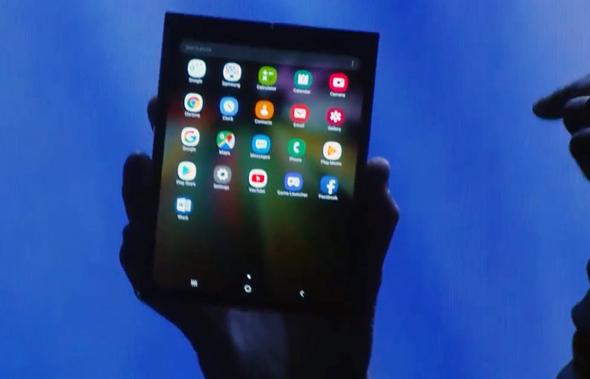 המכשיר המתקפל של סמסונג, מוצג באפלה, צילום: youtube