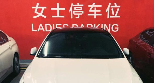 """חניה לנשים בלבד. """"האוטובוס היה צריך להמשיך לנסוע ולמעוך אותה"""", נכתב נגד האשה שהואשמה לשווא בתאונה, צילום: Weibo: Hudishuideyu"""