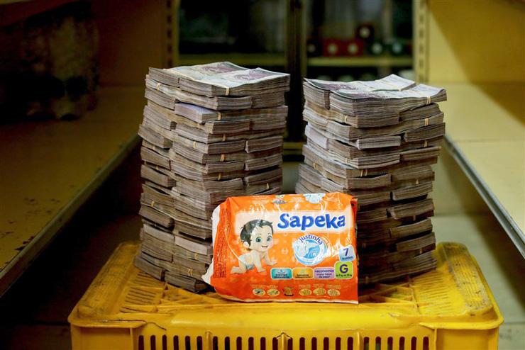 חבילה קטנה של חיתולים - 8 מיליון בוליבר (1.22 דולר)