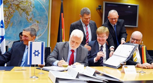 Signing the warships acquisition agreement, 2015. Photo: Israeli Ministry of Defense, spokesperson unit