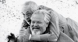 השחקנים אורסון וולס מלפנים ו ג'ון יוסטון בצילומי הסרט הצד האחר של הרוח פנאי, צילום: NETFLIX