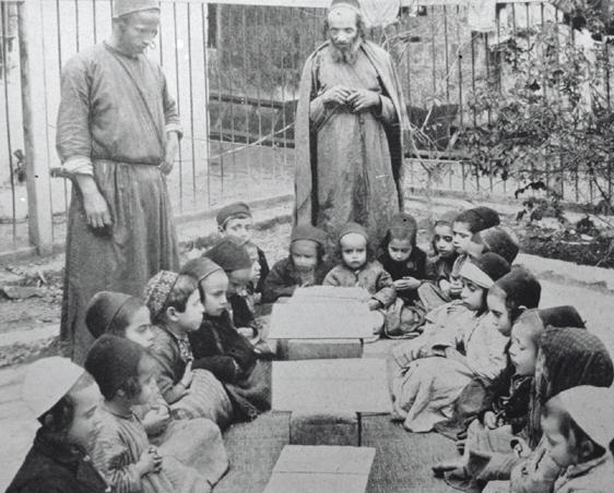 An outdoor Torah class in 1920s' Jerusalem. Source: Wikimedia