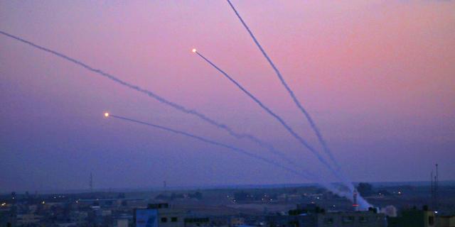 """הרוג, 85 נפגעים, מאות רקטות ותקיפות בעזה; חמאס: נרחיב את הירי לב""""ש ולאשדוד"""
