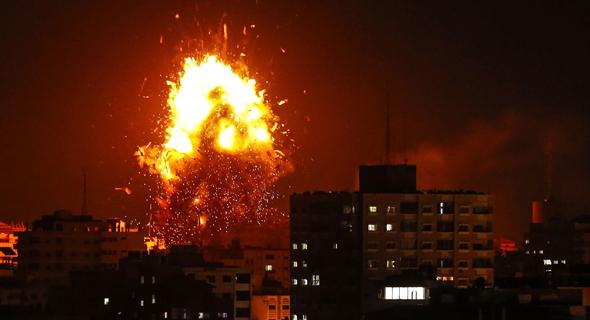תקיפה ב עזה השמדת תחנת הטלוויזיה של חמאס , צילום: איי אף פי