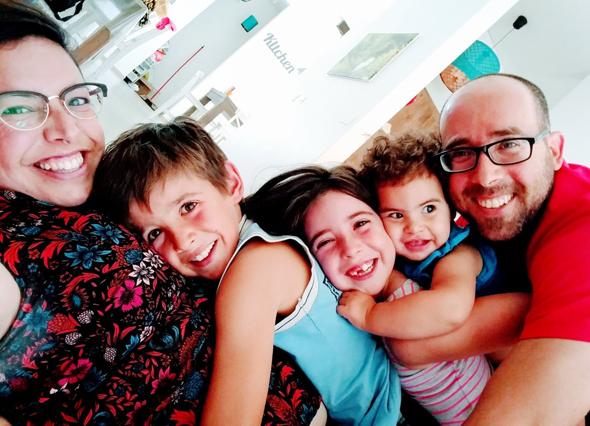 יובל (מימין) ומשפחתו: מיקה, מרווה, מעיין ושחר רויטמן