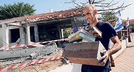 חפצי אדם ישראליים שנפגעו מטיל שנורה מרצועת עזה, צילום: AFP