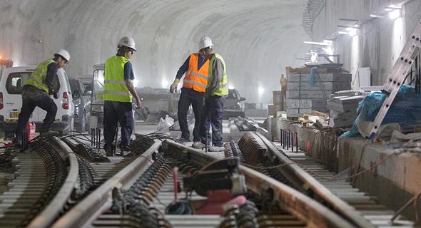 העבודות על קו הרכבת. תקלות בטיחות, ציוד לא מתאים, עובדים לא מזוהים