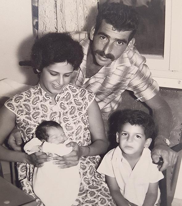 1959. ניר גלילי בן ה־4 עם אחותו התינוקת ענת וההורים יהודית ודרור, משמר דוד