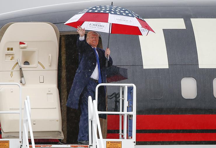 """טראמפ במטוסו הפרטי. """"'משני העולם' הם שהכינו את הקרקע לבחירתו"""""""