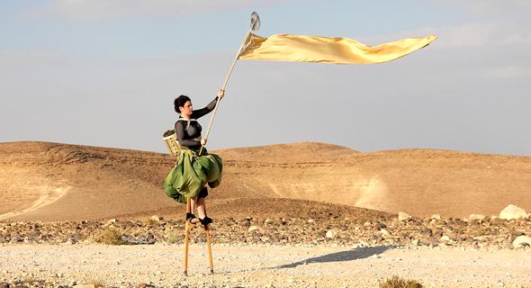 """מתוך """"שביל ישראל: התהלוכה"""". וידיאו שמוקרן על גבי שלושה קירות"""