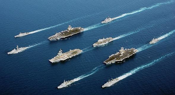 """נושאות מטוסים למיניהן. מימין: ג'ון סטאניס (ארה""""ב), אושן (בריטניה), נימיץ (ארה""""ב) ושארל דה גול (צרפת)"""