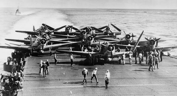 מפציצים נערכים להמראה מנושאת מטוסים אמריקאית